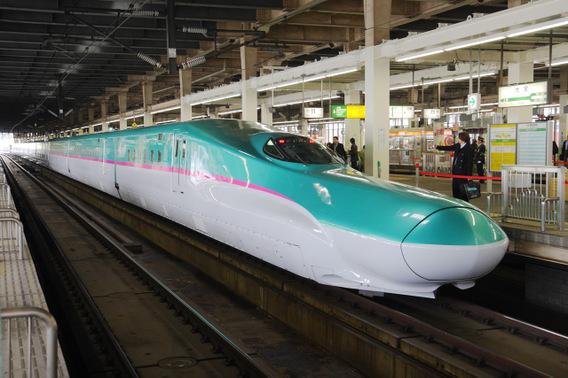 大宮駅に停車する試乗会用のE5系